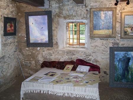 A házban egy festőművész állította ki a képeit.