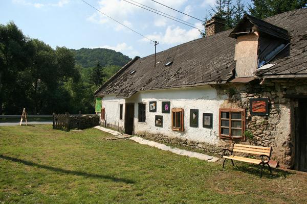 Fotók a kis ház falán is, a kapolcsi Művészetek Völgye rendezvényen.