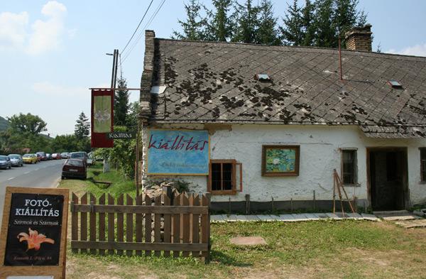 A kis ház teljes pompájában, a kapolcsi Művészetek Völgye fesztiválon.