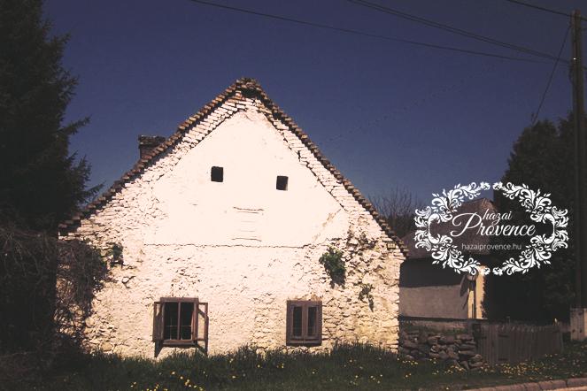 Az első oromfalon az évszám 1834. Pontosan 180 éves a mi kis parasztházunk.