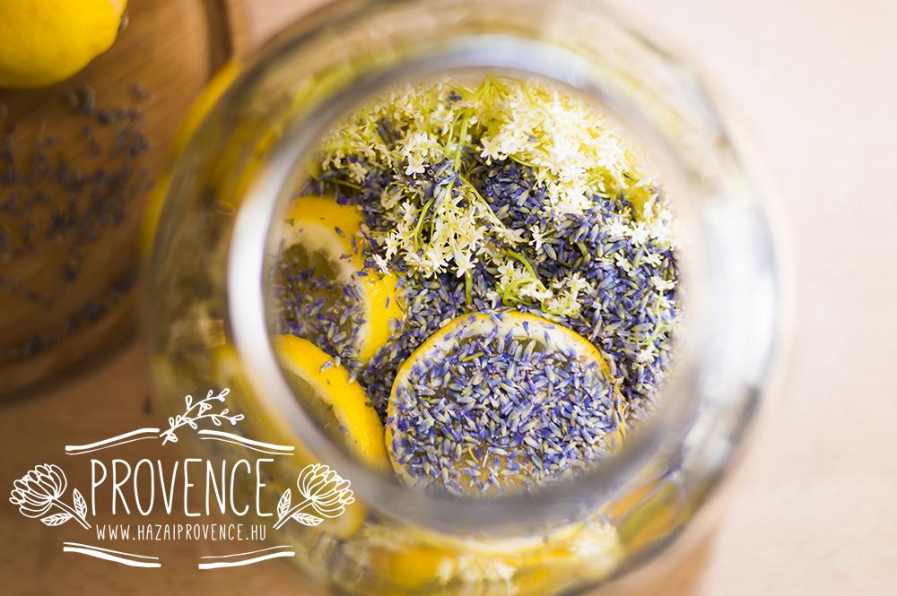 Az üvegben a levendulás bodzaszörp. 4 napig hagyjuk állni benne a bodza és levendula virágokat.