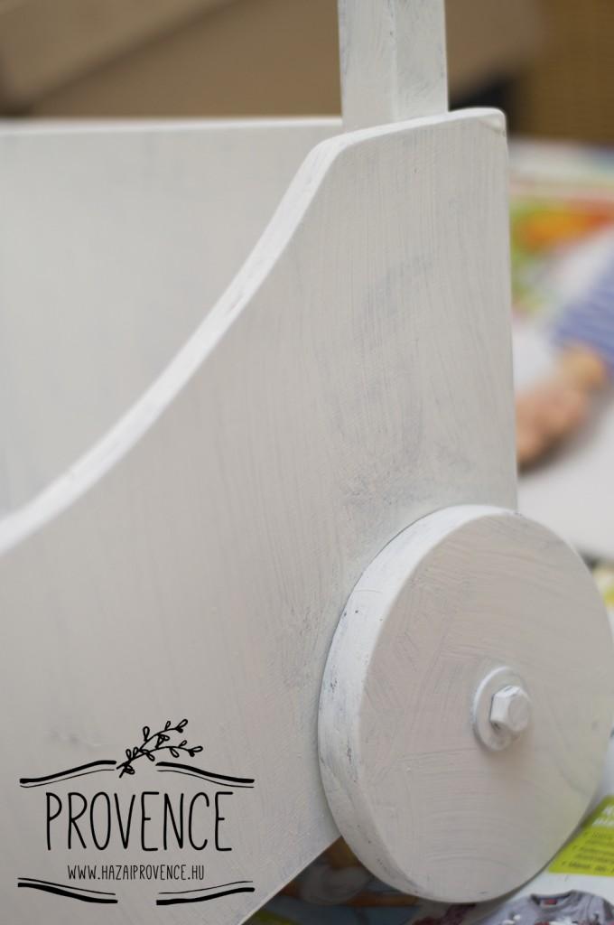 Itt még csak egy rétegben lekenve a tolikocsi, Chalk Paint- tel.