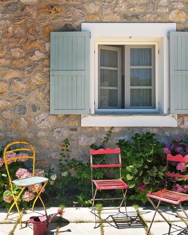 A ház homlokzatán az ablakokat pontosan így képzelem el. Látszó kő fal, fehér keret és provence kék spaletták.