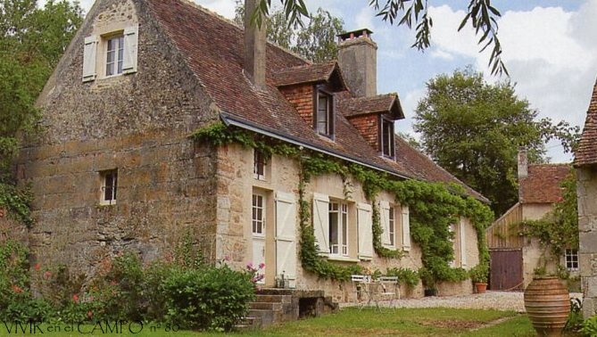 """A ház maga ilyen hosszúkás jellegű, adódóan a magyar paraszti építési stílusból. Hasonló, ún. """"kutyaól"""" ablakokkal a tetőtérben. Spaletták az ajtókon és az ablakokon. Hogy lesz- e mindenütt látszó kő fal, vagy egy részét vakoljuk, még majd kiderül."""