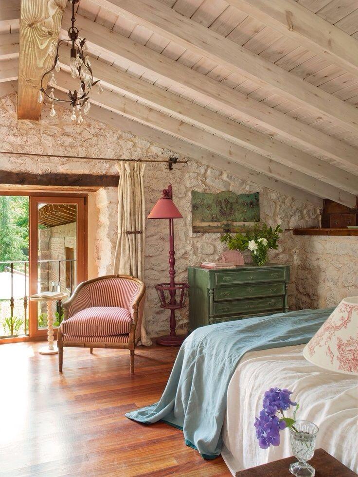 A tetőtér beépítését éppen így terveztük meg: látszó fa gerendák és deszkázat, festett kő fal. Francia erkéllyel, melyről kilátás nyílik majd a levendula ültetvényre. Mmmm... :)