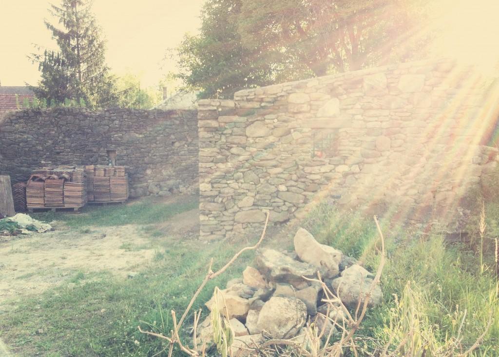 Egyszerűen imádom, ahogy a nap lenyugszik a kőfal mögött. Ezt a fotót egy iPhone- nal készítettem, de legközelebb ígérem, hogy csinálok róla profi felvételt is.