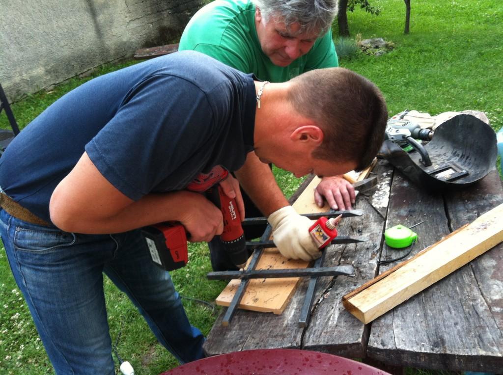 Visszabontatom a kőfal egy részét, hogy ablaknyílást falaztassak bele, egy kovácsolt vas ráccsal, amit Édesapám és a Férjem készítettek nagy örömmel- a kérésemre :)