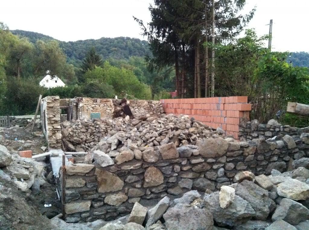 A telekhatáron húzódó falszakasz egy része téglából készült, hogy spóroljunk a kővel (sok helyre kell még) és ott úgyis vakolt lesz a fal, tehát nem látszik majd.