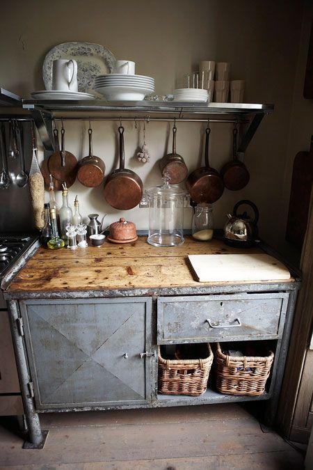 Ez egy rusztikus konyha. Egyszerű edények, egyszerű fehér porcelánok. A fotó forrása: http://www.linenandlavender.net/2013/04/revisiting-chateau-de-moissac-fr-little.html