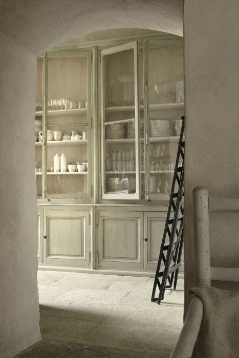 Figyeljük meg, hogy a porcelánok fehérek. Semmi cicoma. Minden egyszerű fehér. A fotó forrása: http://www.linenandlavender.net/2013/04/revisiting-chateau-de-moissac-fr-little.html