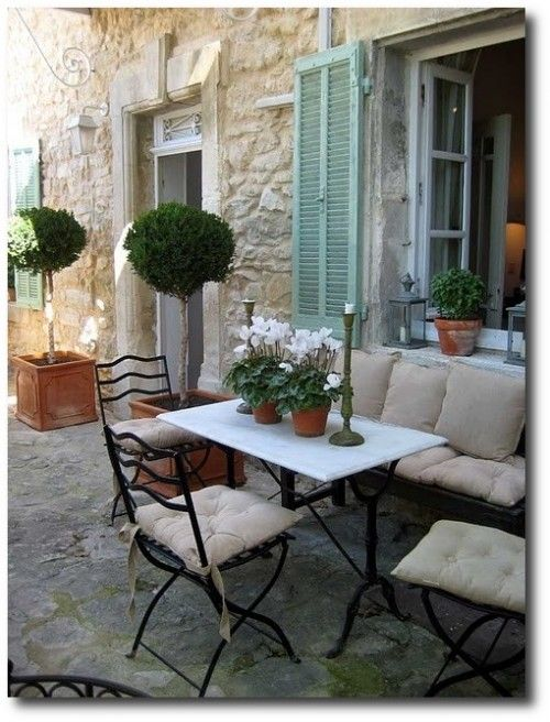Provence- i nyílászáró. A fotó forrása: http://thepaintedfurniture.com/painting-outdoor-furniture-what-type-of-paint-works-best