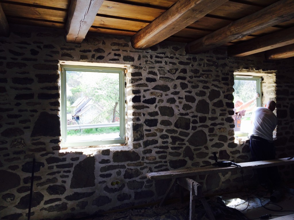 Na, ez a mi egyik kőfalunk, amit a fenti képhez hasonlóra kértem. Rossza fényviszony, de elhihetitek, hogy élőben pontosan olyan lett! :) Le a kalappal Jani bá'! :)