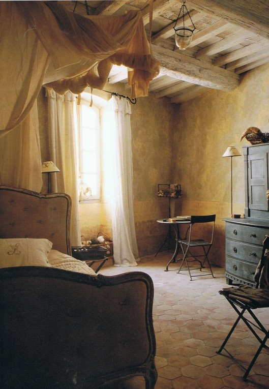 A szobákat egymástól némileg különböző stílusban szeretném berendezni. Lesz egy kicsit shabby chic- esebb, lesz nagypolgári hangulatú és egy autentikus, rusztikus szoba. Nos, az utóbbiról nekem egy ilyen kép jut eszembe.