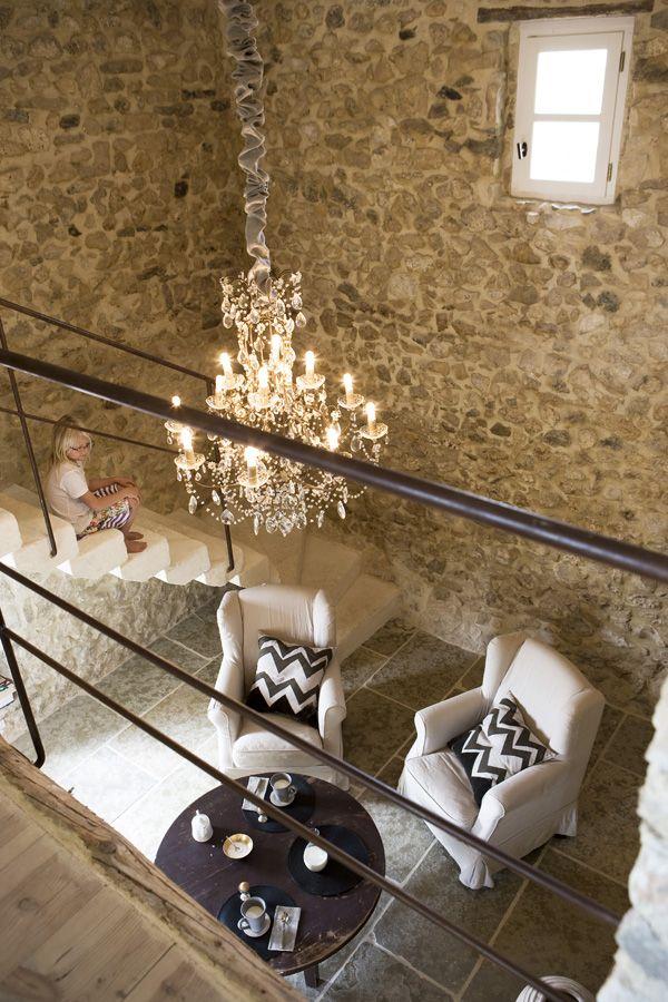 A galériás lakrészünkben pontosan ilyen látszó kő falak lesznek. Mesés ódon hangulata van. És a hatalmas barokk csillárt már meg is vettem ide :)