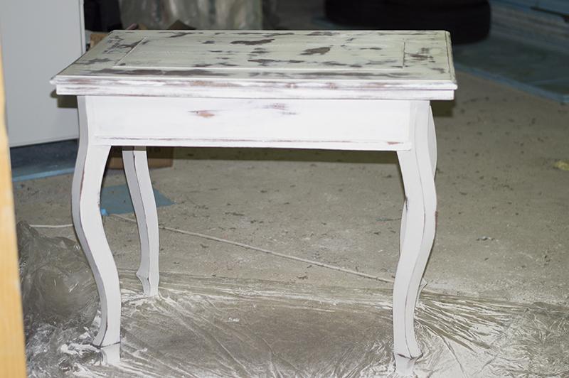 Kezdetnek 2x átfestettem AS Chalk Paint festékkel, jó vastagon. Majd nem győztem visszacsiszolni. Arról nem is beszélve, hogy az asztal lapja olyan rondán foltos lett, mint egy tehénke... nem volt az igazi.