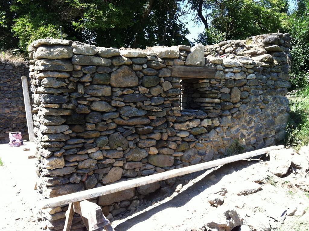 Ez mellett a kőfal mellett kap majd helyet a kerti híd, mely a lépcsőhöz vezet, ami a kerthez visz felfelé a domboldalba.