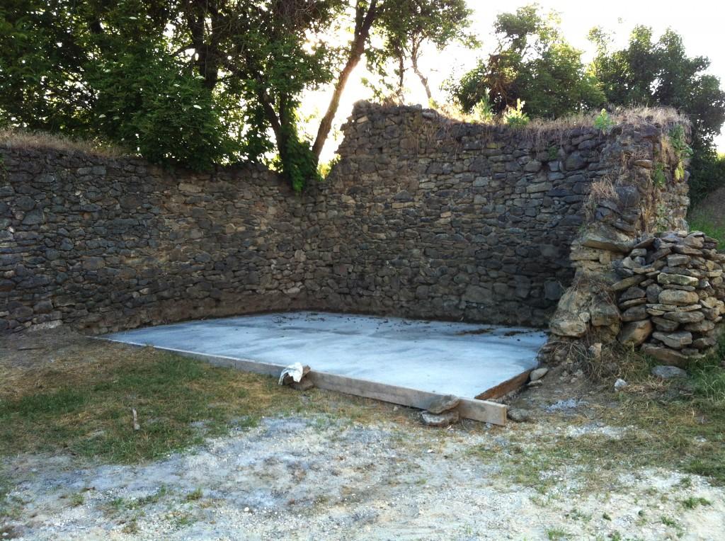 Első lépésként a kőfalunk majdnem felének, mintegy 24m2- en szilárd aljzatot betonoztunk. Többé nem fog gazosodni :)