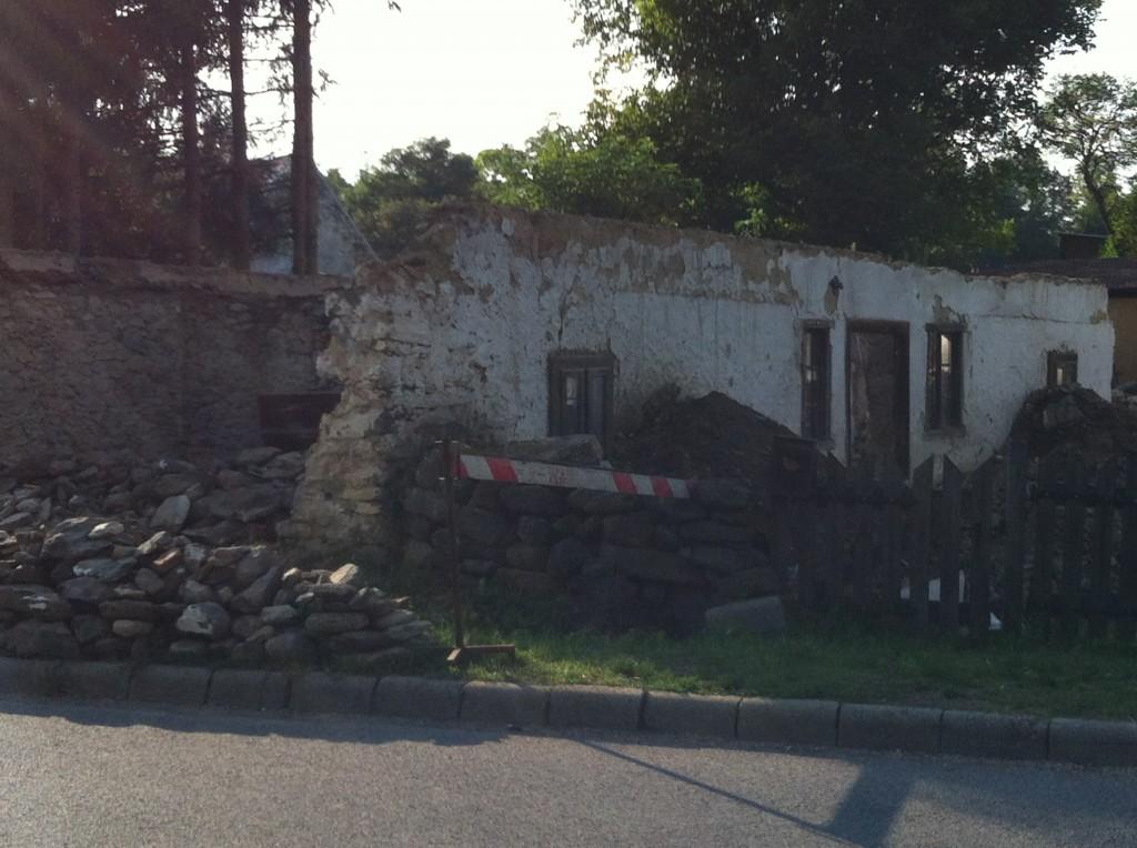 Az utca felől jól látszik, hogy az első tűzfalból már semmi se látszik. Ez a fal tiszta látszó kőből lesz visszafalazva.