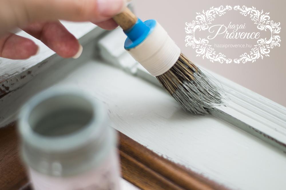 Egyetlen rétegben, percízen, mindenütt jól lefestem a tükör keretét. A nehezen elérhető helyekre tunkolom- tuszkolom az ecsetet, hogy biztosan jól befogja a festék a réseket is.