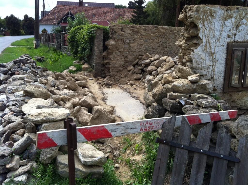 Az első, utca felőli oromfal alapja megásva és beöntve. Jöhet a falazás.