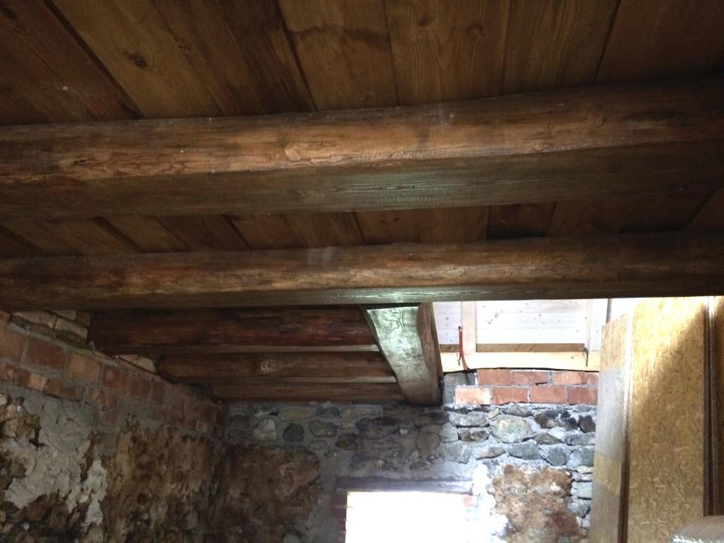 Ez itt a konyha. Illetve a födém fölötte :) Itt lesz a feljáró az emeletre. A lépcső bizonyos, hogy fából lesz, de hogy milyen, az még képlékeny. Nagyon szerettem volna beton lépcsőt ide is, azonban a régi kőfal mentén nem lehetett kivitelezni. A konyhafalak biztos, hogy fehérek lesznek.