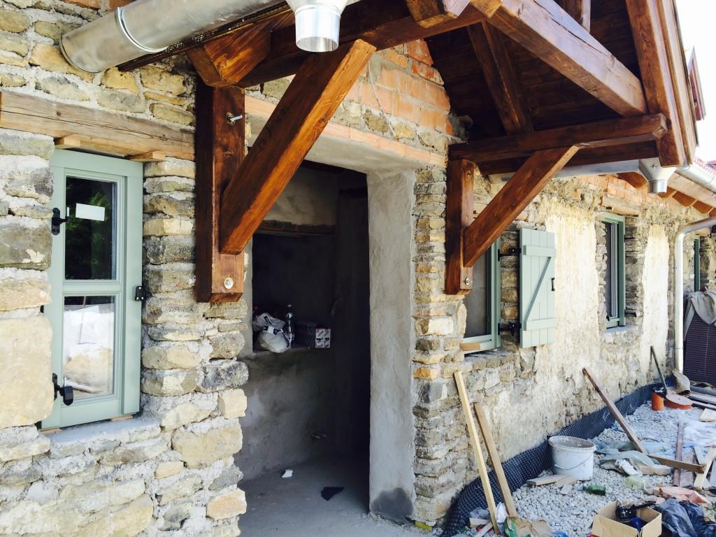 Éppen tegnap kerültek beépítésre a nyílászárók. Itt még csak az elején tartottak a szakik, de már látszik, hogy milyen jellegű lesz: rusztikus és színes, akárcsak a provence- i házak nyílászárói és spalettái.