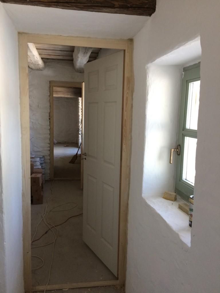 Festés után a beltéri ajtók is bekerültek... hogy miért nem mondta egyik szaki sem, hogy azoknak már előtte bent kéne lenniük??? ....