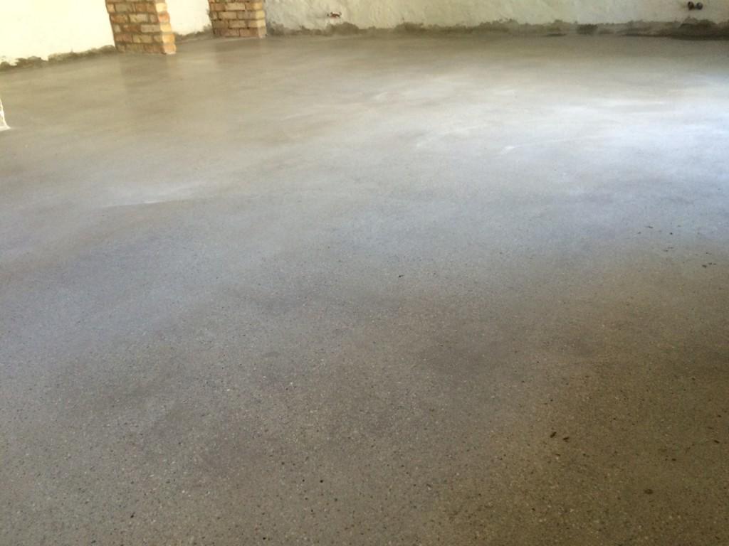 A galériás apartmanunk padlója látszó beton lesz, már fel is csiszoltattam a Natúrkő Geomárvány Kft- vel. Ilyen gyönyörű szép lett. Persze berendezve majd jobban érvényesül.