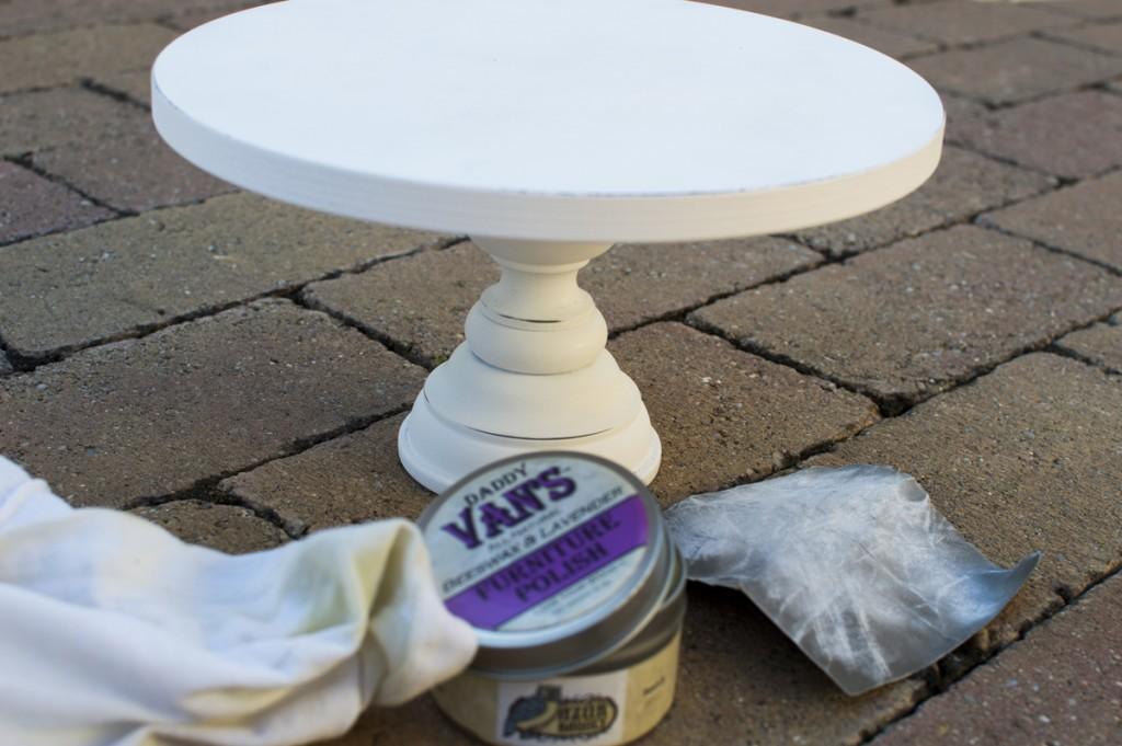 A csiszolás után én levendula illatú bútorviasszal kezeltem a festett felületet. Lezárja a porózus festékréteget és ellenállóbbá teszi. Az Azúrbagoly webshopban kapható.